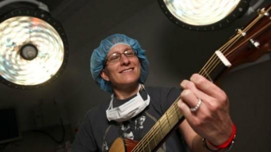 cirujano-tocando-la-guitarra